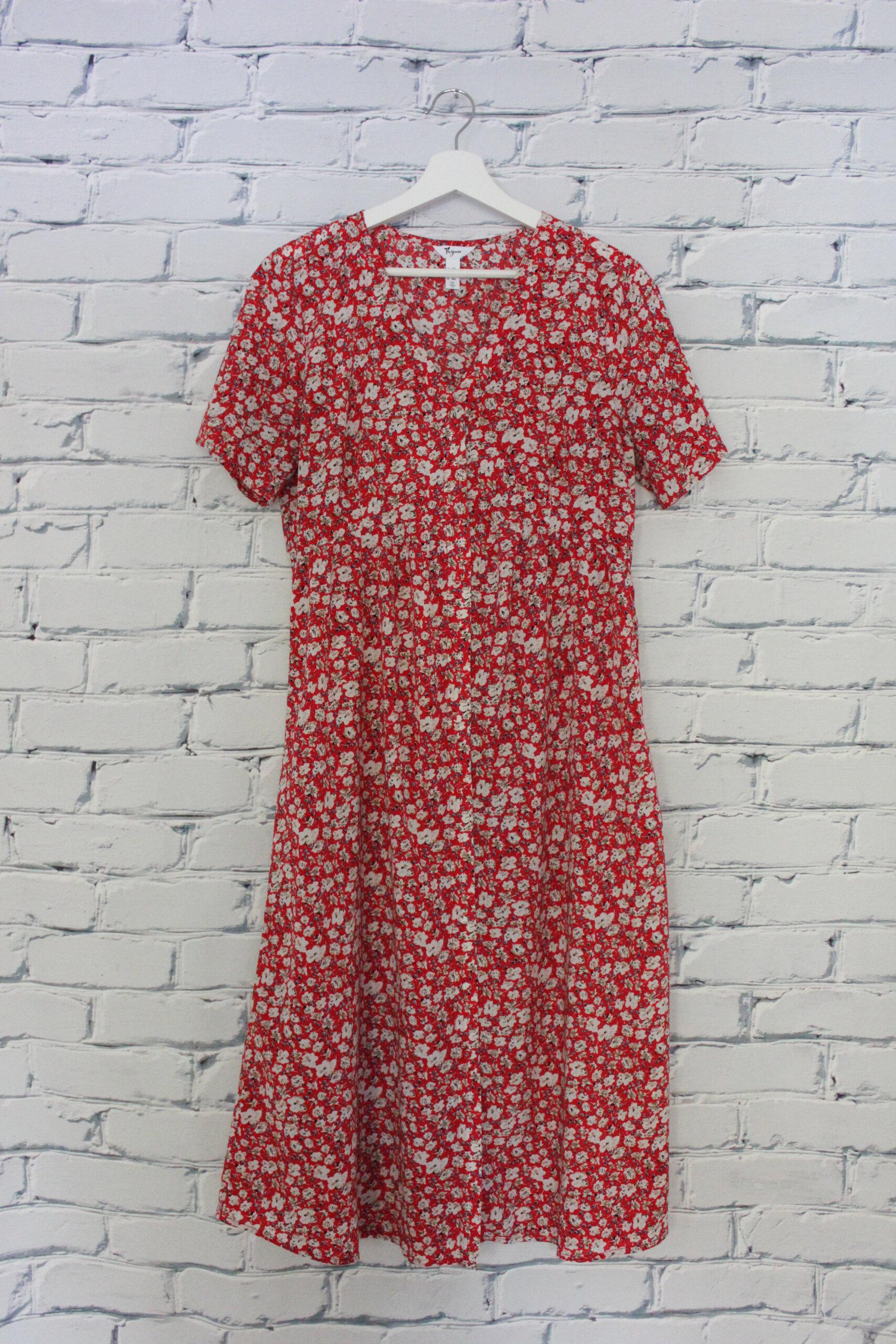 Robe longue rouge avec fleurs blanches à manches courtes